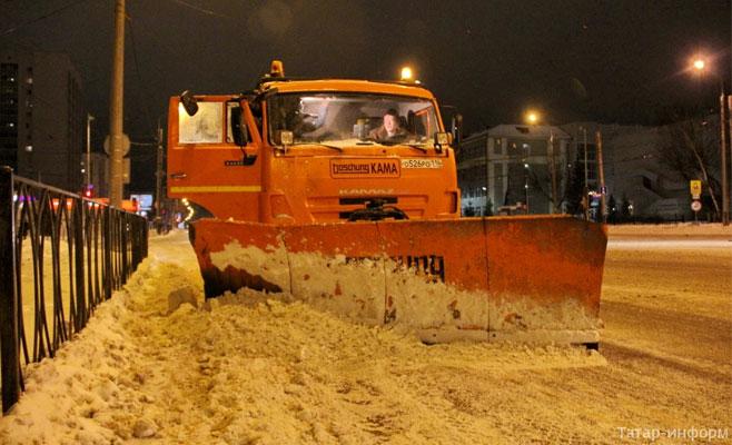 Около 10 000 тонн снега вывезли коммунальщики сдорог Казани засутки