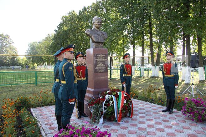 ВТатарстане установили монумент погибшему вСирии Марату Ахметшину