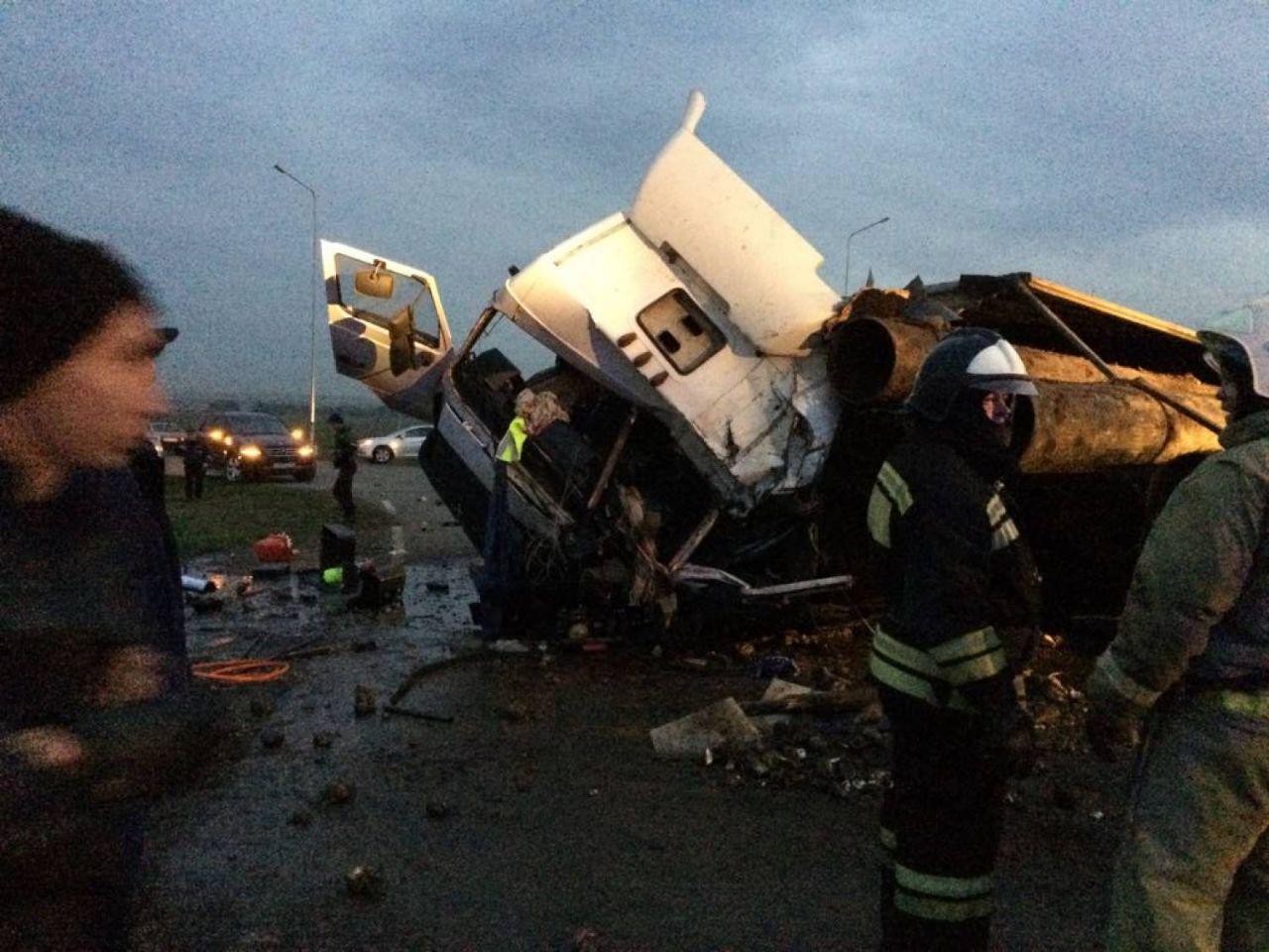 ВТатарстане вДТП с 2-мя грузовиками легковую машину завалило высыпавшимися трубами