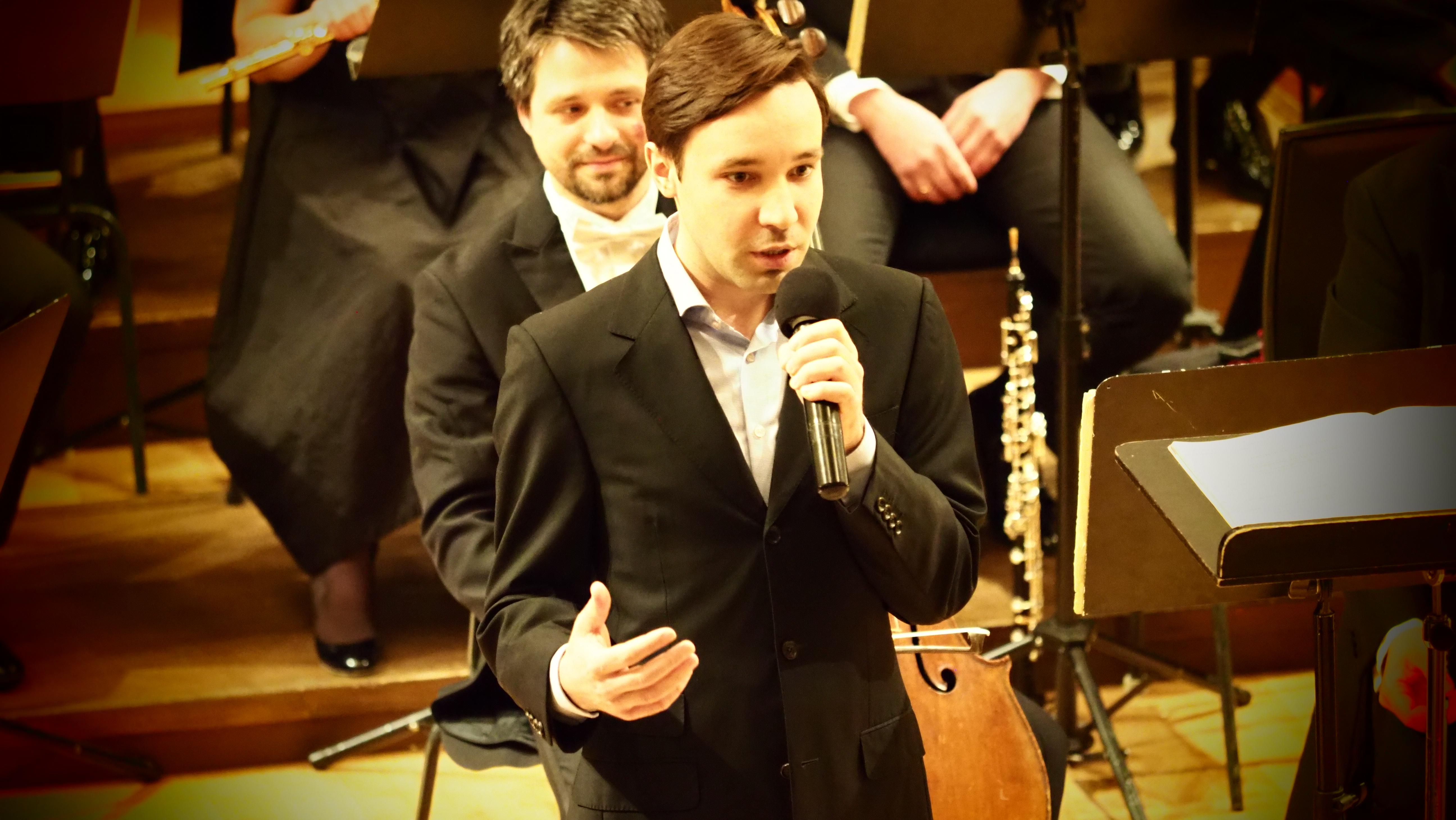 Ярослав Тимофеев ведет концерт в рамках фестиваля Рахлинские сезоны