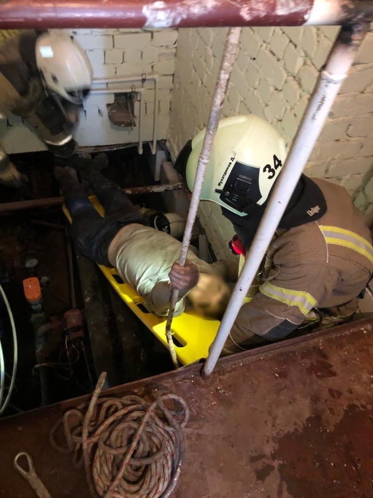 Спасатели достали мужчину из подвала