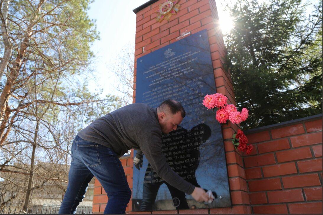 «Мы должны помнить о них»: единороссы привели в порядок солдатские могилы в поселке Красная Горка