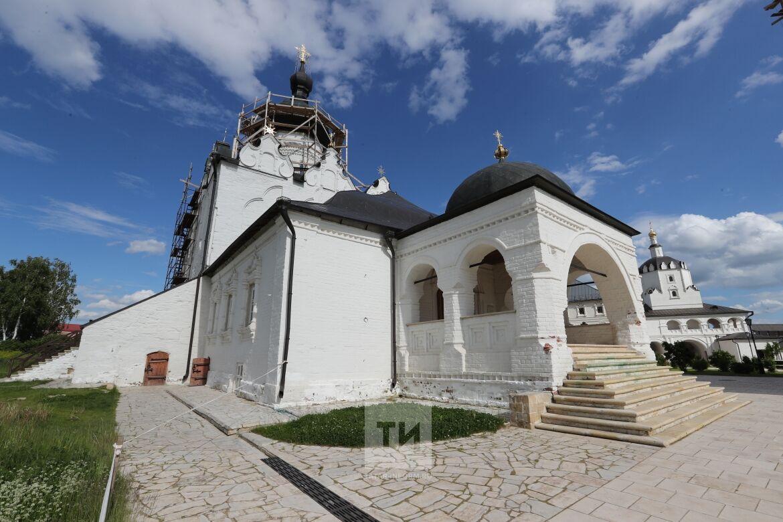 Монетки в склепах ханов и граффити в Свияжске: чем опасны туристы для святынь Татарстана