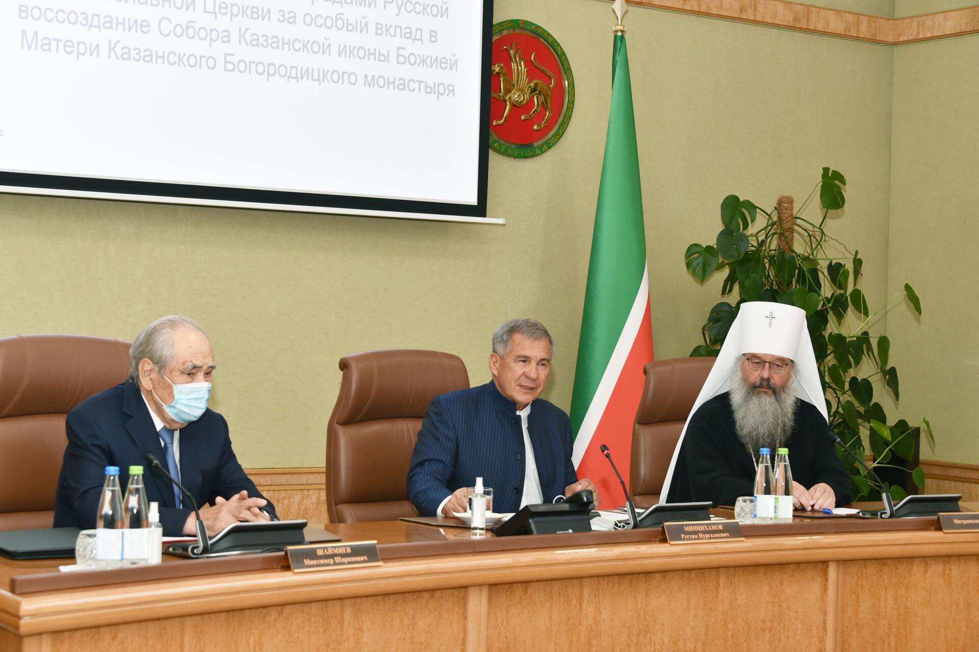 Минниханов вручил госнаграды за вклад воссоздание собора Казанской иконы Божией Матери