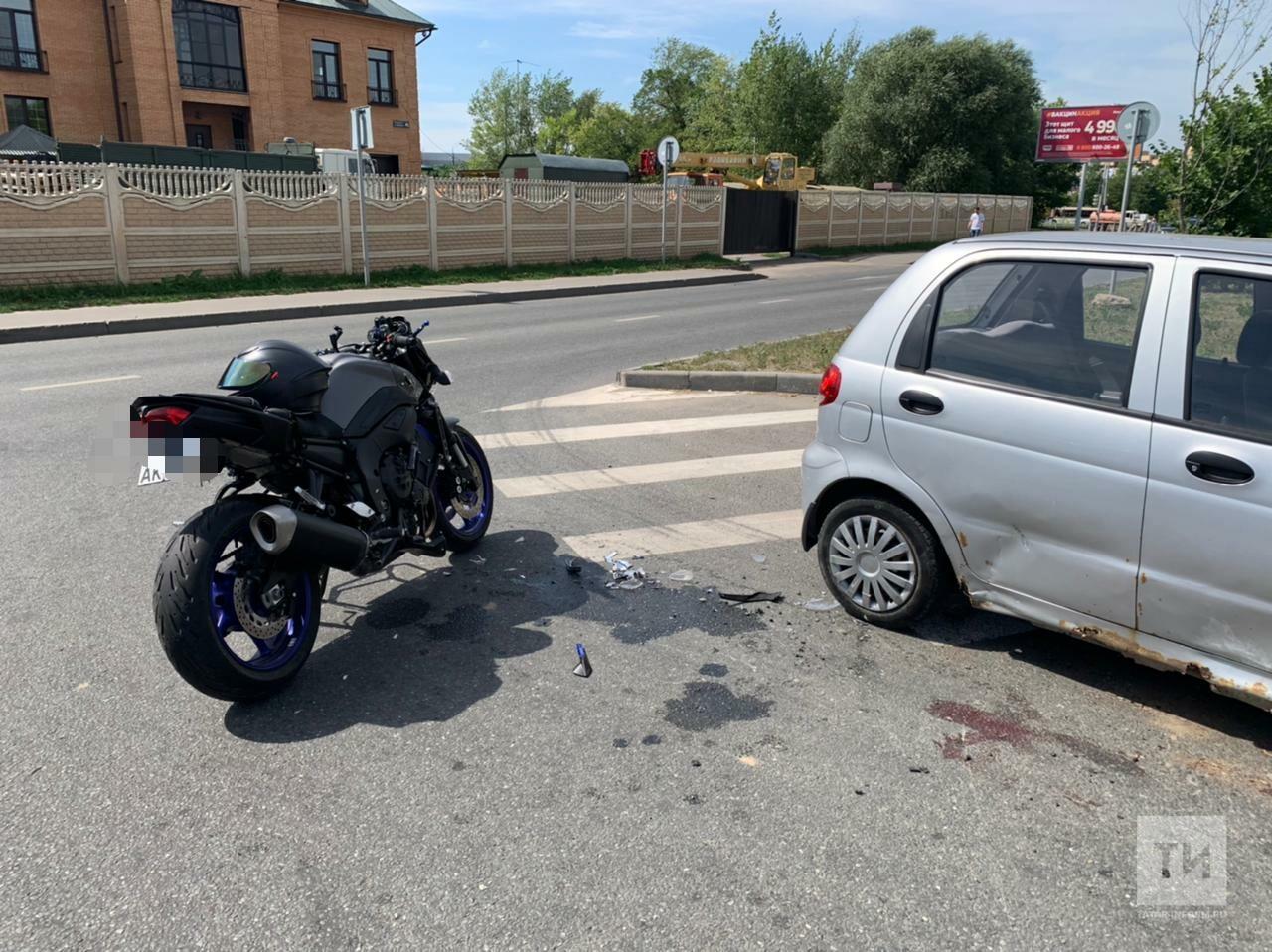 Байкер получил травмы в ДТП с двумя легковушками в Казани