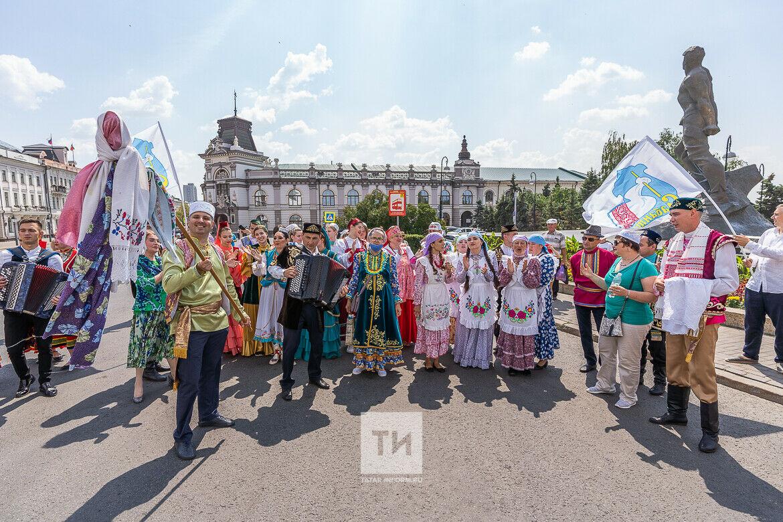 С миру по нитке: в Казани прошло праздничное шествие сбора подарков к Сабантую
