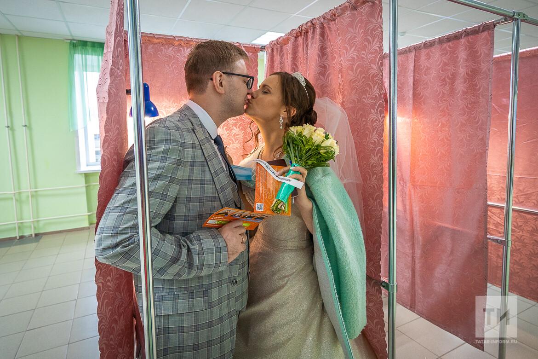 Казанские молодожены проголосовали в день бракосочетания