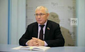 Глава Комитета Госсовета РТ по образованию, культуре, науке Разиль Валеев отмечает юбилей