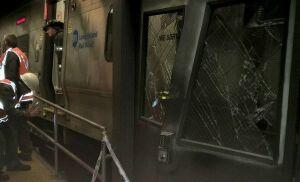 В Нью-Йорке в час пик поезд сошел с рельсов