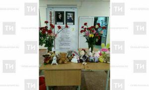 Жители Ижевска приносят к обрушившемуся дому игрушки и цветы