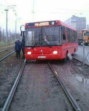 Фото: в Казани автобус перекрыл движение трамваям