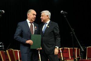 Фарид Мухаметшин вручил Шамилю Агееву оригинал Закона РТ «О Торгово-промышленной палате»