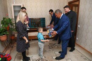 Рустам Минниханов поздравил с получением жилья соципотечников