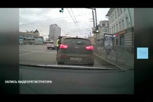 Видеокамеры записали, как военный следователь на авто протащил полицейского