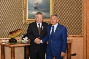 Президент РТвручил Генеральному консулу Казахстана вКазани медаль «Задоблестный труд»