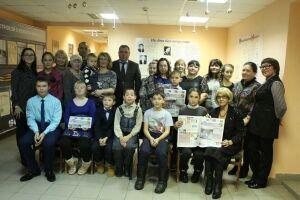 В Менделеевском районе многодетным семьям подарили подписку на газеты