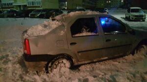 Фото: В Мензелинске упавший с крыши снег повредил несколько автомобилей