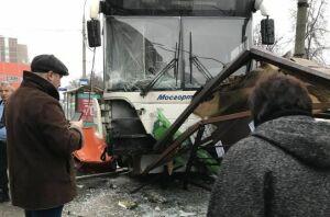 Появилось видео с места наезда автобуса на остановку в Москве