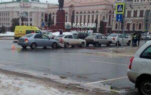 Четыре машины «сыграли в домино» в центре Казани