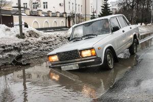 Два автомобиля провалились в яму на дороге в Казани