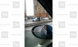 Фото: в Казани иномарка свалила фонарный столб