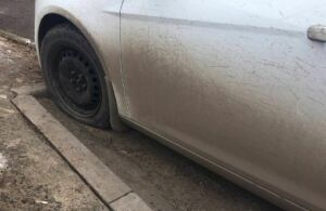 Фото: в Казани на Чуйкова неизвестные повредили колеса нескольких машин