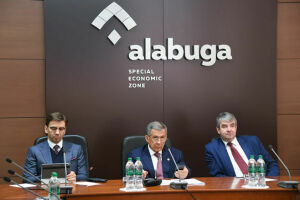 Рустам Минниханов и Михаил Абызов оценили проекты  выпускников университета ОЭЗ «Алабуга»