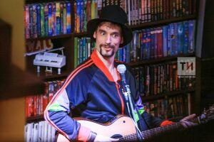 Участник шоу «Голос» Василий Уриевский заблудился на казанской улице, напомнившей ему родной Саратов