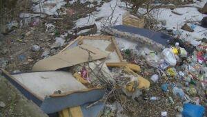 В Приволжском районе Казани жильцы общежития выкидывают мусор из окон в овраг
