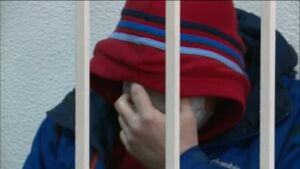 Видео: В Казани за вымогательство у продавцов магазинов судят двоих мужчин