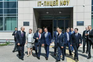 Дмитрий Медведев высоко оценил технологическое оснащение ИТ-лицея КФУ