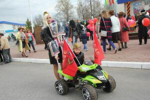 Юный участник «Бессмертного полка» в Менделеевске возглавил акцию на военном электромобиле