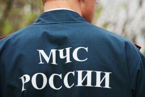 В Лениногорске спасатели вызволили из авто, у которого заклинило двери, двух детей