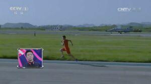 Видео: Китайский спринтер обогнал реактивный истребитель