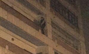 Появились фото с места спасения мужчины, повисшего на балконе казанского дома