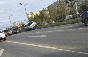 Фото: В Казани авто заехало на металлическое ограждение