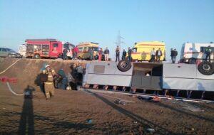 В Крыму недалеко от переправы перевернулся автобус