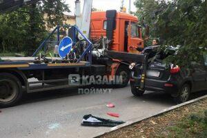 Видео: В Казани эвакуатор задел опорой легковушку