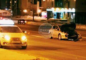Фото: в центре Казани отвалившееся колесо «КАМАЗа» разбило легковушку