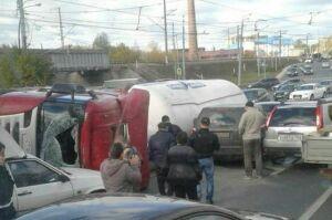 Момент падения фуры на Кировской дамбе в Казани попал на камеру видеорегистратора