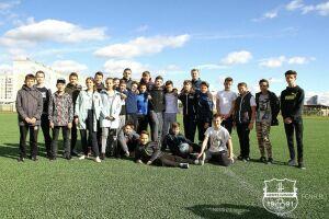 Футболисты «Нефтехимика» провели урок физкультуры для школьников