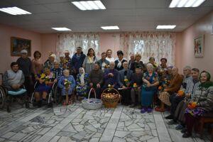 Верхнеуслонский молодежный клуб подарил концерт и подарки Дому-интернату для престарелых