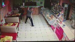 Житель Нурлата избил лопатой посетителя кафе за отказ угостить его водкой