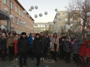 В Казани в память о погибшей в ДТП школьнице ее одноклассники и учителя выпустили в небо белые шары