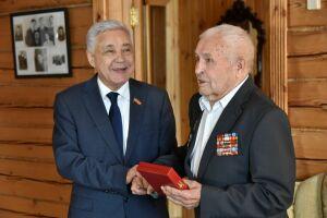 Фарид Мухаметшин наградил одного из старейших депутатов РТ за вклад в развитие парламентаризма