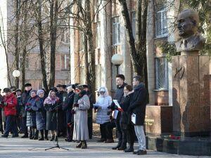 Нижнекамцы почтили память Евгения Королева и заложили капсулу времени на 2043 год