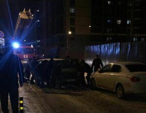 Мешавшее огнеборцам проехать к месту пожара в казанском дворе авто очевидцы убрали вручную
