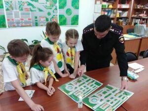 В Набережных Челнах инспекторы ГИБДД вместе с детьми прошли квест на знание ПДД