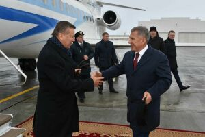 Президент РТ встретил главу совета директоров «Газпрома» в аэропорту Казани
