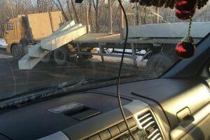 В Нижнекамске незакрепленные бетонные сваи посыпались с движущейся фуры